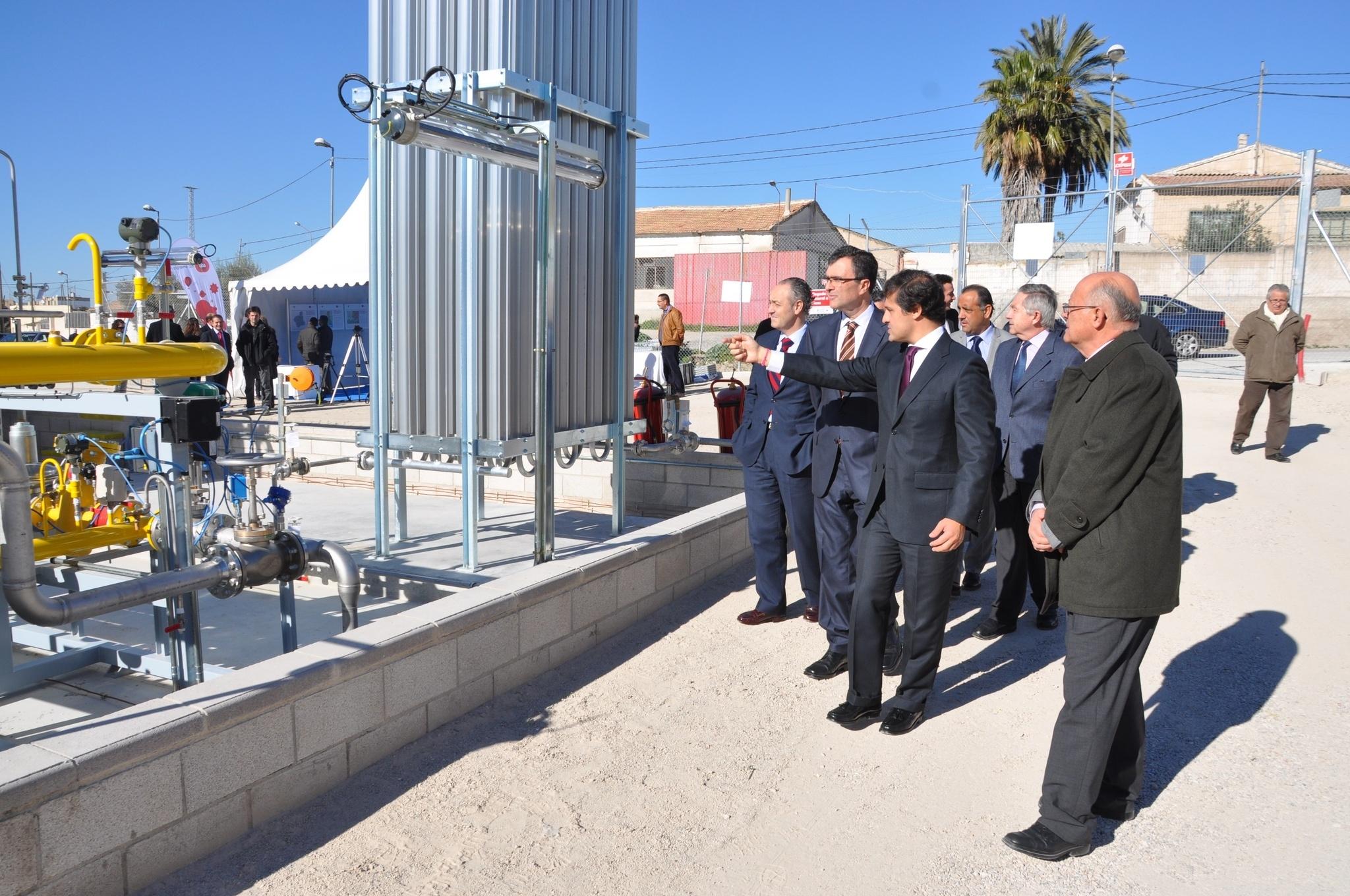 Ballesta visita la planta satélite que dará gas natural a la ciudad de Cieza